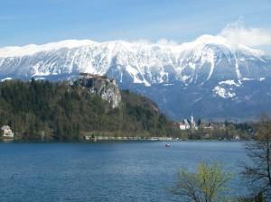 Ort Bled, Bleder See, Bleder Schloss und Bergkette im Fruehjahr
