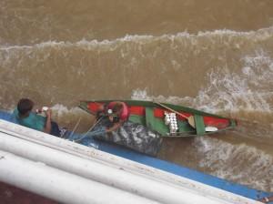 Lokale Händler bringen ihre Waren an Bord