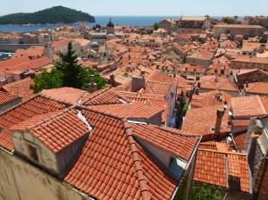 Kroatien - Dubrovnik - Blick ueber Daecher aufs Meer