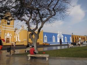 Die farbenpraechtigen Kolonialbauten in Trujillo