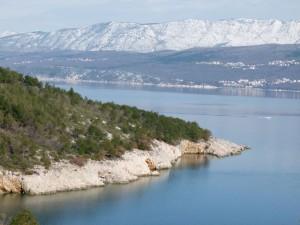 Meer am Gebirge Krk